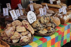 scones en brood bij bakkerij kraam op de voedselmarkt foto