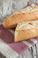 stokbrood op de houten plank foto