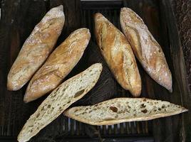 op traditionele wijze gebakken brood foto