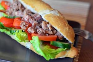stokbrood van tonijn met groenten op de bruine plaat foto