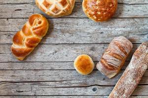 overhead schot van verschillende soorten brood foto