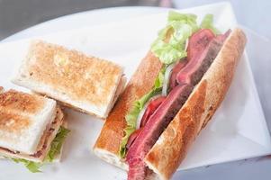 clubsandwiches en biefstuk sandwich foto