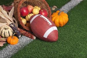 college stijl voetbal met een hoorn des overvloeds op grasveld