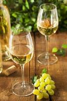 verfrissende witte wijn in een glas foto