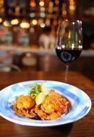 Spaanse paella in pan foto