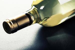 fles witte wijn foto