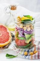 heerlijke salade in een pot voor gemakkelijk transport foto