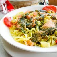 pasta en gerookte zalm met tomaat foto
