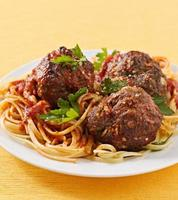 spaghetti en gehaktbal diner foto