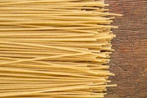bruine rijst pasta, spaghetti stijl foto