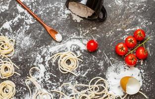 spaghetti en meel met rauwe zelfgemaakte.