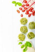 pasta achtergrond - spinazie tagliatelle foto