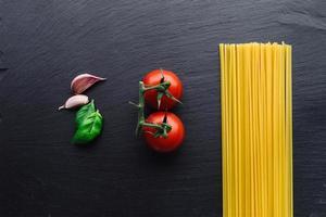 pasta ingrediënten op zwart foto