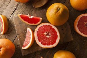 gezonde biologische rode robijnrode grapefruit foto