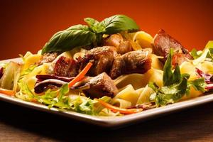 pasta met geroosterd vlees en groenten