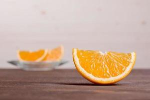 gesneden rijp smakelijk heerlijke oranje op bruine tafel foto