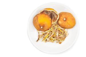 gedroogde citroen citrus schil op witte achtergrond foto