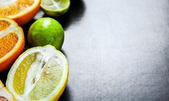gesneden citrusvruchten op een zwarte achtergrond. voedsel foto