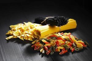 verscheidenheid aan soorten en vormen van Italiaanse pasta foto