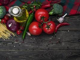 Italiaanse voedselingrediënten: pasta, tomaten, champignons, kruiden, groenten foto