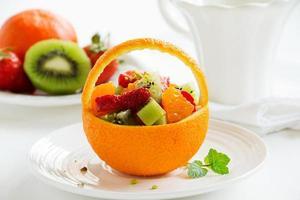 fruitige zomersalade in sinaasappel. foto