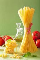 rauwe pasta olijfolie tomaten. Italiaanse keuken foto