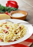 pasta carbonara op de houten tafel