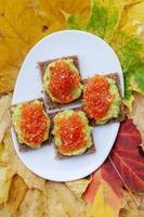 kaviaar en avocado voorgerecht foto