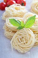 droge pasta met verse basilicum foto