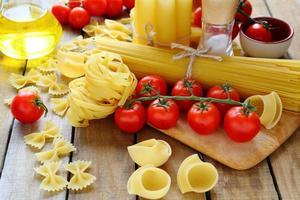 ongekookte pasta op houten tafel foto