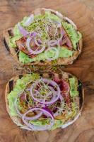 sandwich met verse salade en avocado foto