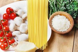 Pasta ingrediënten op de houten tafel foto