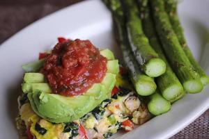avocado op een frittata foto