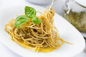 spaghetti met pesto alla genovese foto