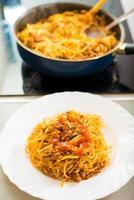 proces van het bereiden van spaghetti bolognese foto