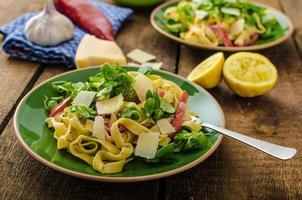 tagliatelle met spek, knoflook en salade foto