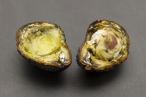 gesneden rotte avocado's foto