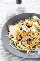pasta met zeevruchten op een bord foto