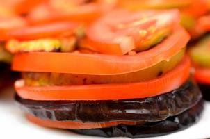 aubergine met tomaat foto