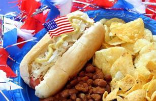 hotdog met bonen en chips foto