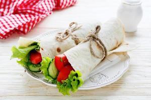 twee groentebroodjes foto
