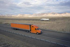 vrachtwagens op de weg foto