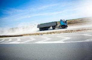 vrachtwagen op heuvel start weg die lading vervoert foto