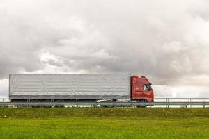 vrachtwagen op de weg foto