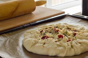 rustieke huisgemaakte taart met feta, zongedroogde tomaten foto