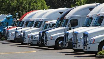 rij nieuwe Amerikaanse vrachtwagens foto