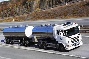 brandstofvrachtwagen in beweging foto