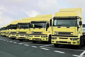 gele vrachtwagens foto
