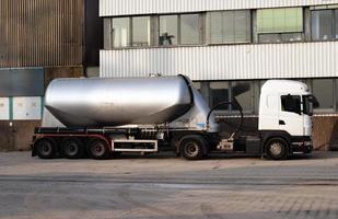 vrachtwagen met aanhanger leeg foto