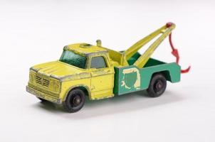 speelgoed sleepwagen klaar om auto vintage jaren 60 te trekken foto